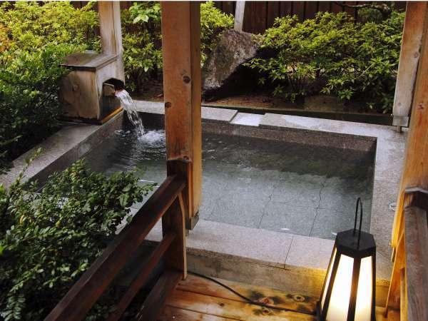 庭園灯に照らされて浮かび上がる大浴場の露天風呂。