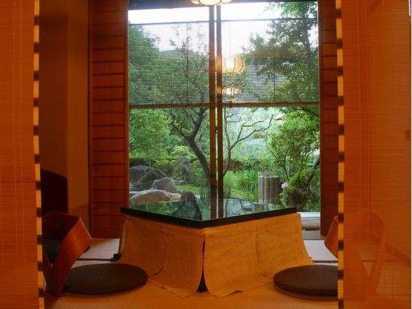 【お部屋より】 *新緑の季節、中庭の溢れんばかりの緑は、生命力にあふれています