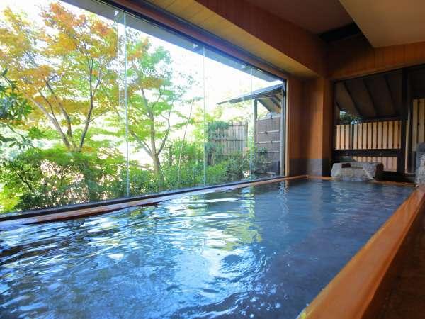 【大浴場】大きな浴槽で、男女共に岩の露天風呂が併設されています。