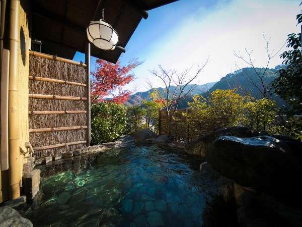【露天岩風呂】*  開放感溢れる風景と湯浴みをご堪能くださいませ。