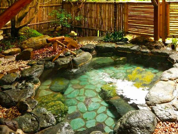 貸切風呂「月下美人」。2016年10月に移設された最も歴史の長い風呂。川のせせらぎが心地よい。