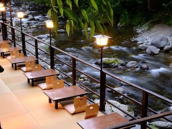 川床では天城の清流を眺めながら、贅沢な時間を。川からの距離0mの川床は全席川沿いにご用意。