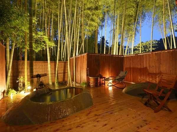 2014年10月オープンの貸切野天「かぐやの湯」夜景。夜が深まるにつれ、より幻想的