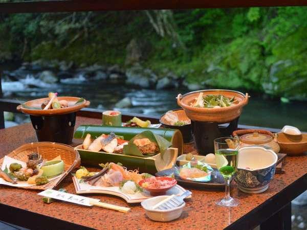 川床は特別な「川床料理」をご提供。川床プランは小学生以下のお子様のご利用は出来ません。