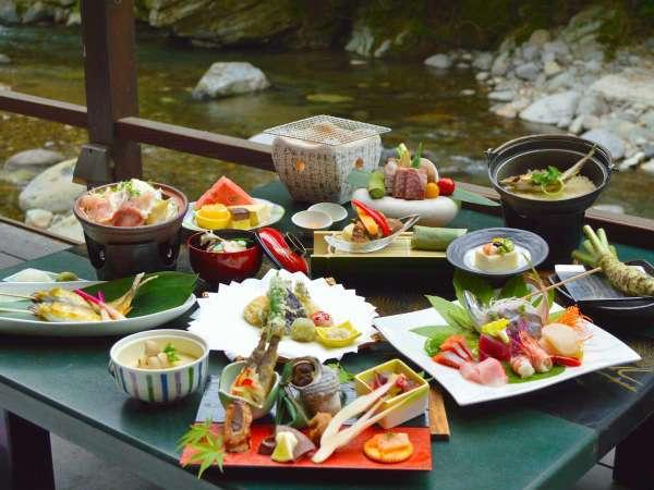湯ヶ島たつたの川床では、伊豆の幸をふんだんに使用。天城の美しい自然の中で本格会席をお楽しみください。