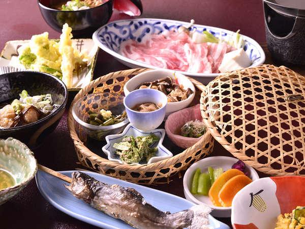 *お夕食一例/地元の新鮮な山の幸を活かした料理に舌鼓。