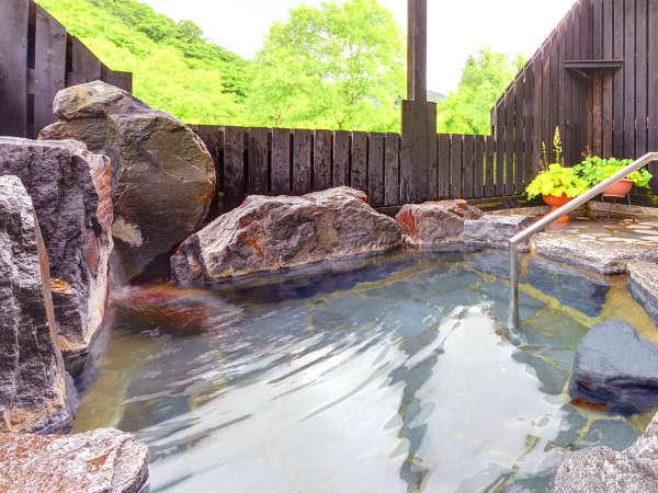 *【露天風呂】四季を肌で感じられる、岩造りの露天風呂。