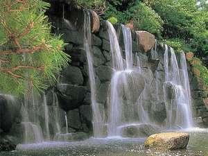 庭園には滝が流れています