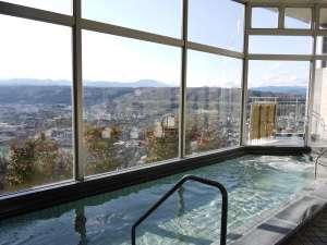 【大浴場】 明るい時間帯と、夜景もお楽しみいただけます。贅沢なひとときを・・・