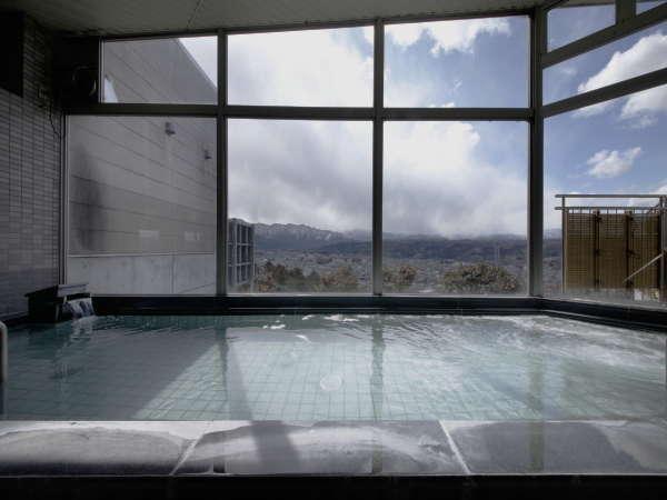 【大浴場】ガラス張りの内湯です。秩父の景色とお楽しみ下さい。