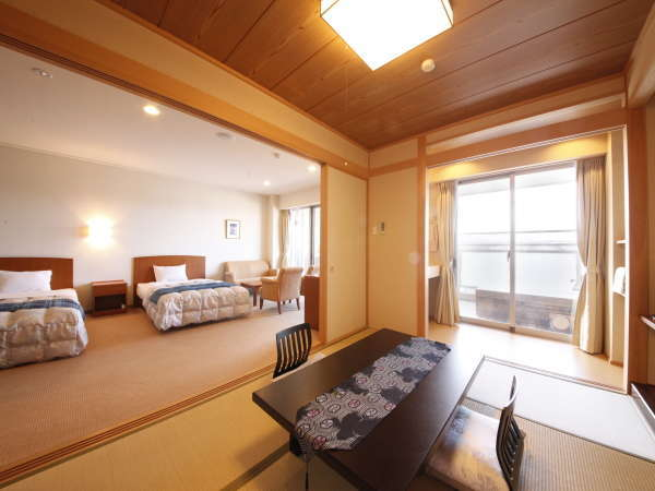 【本館・特別室】露天風呂付和洋室。ベッド2台+6畳。和室部分にお布団を3組ご用意して定員は5名。