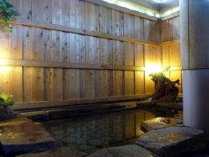 ほんわかライトアップの貸切岩風呂で一日の疲れをゆっくり癒して下さい…☆滞在中は何度でも御利用頂けます