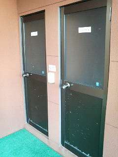 外シャワー施設2箇所(雨に濡れない場所です)中にホースもありボード等洗えます。