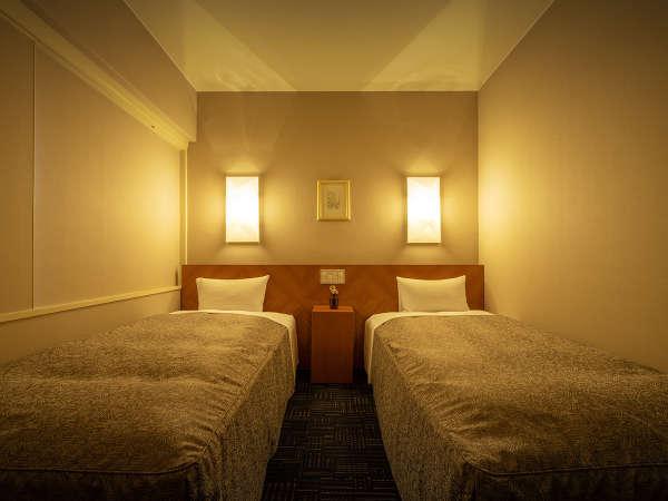 【本館/スタンダード・ツイン[角部屋確約]】暖光が広がる穏やかな空間で、旅の疲れを癒してくれます。