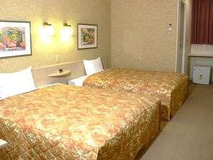 全室クイーンサイズベッド2台、お一人から親子4-5人まで宿泊可能です