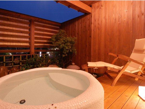 露天付き客室の露天風呂一例。天然温泉を使用しています(シャワー無し)