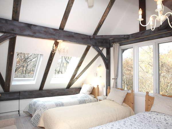 シャビーシックな大きな三角屋根の4人部屋。英国の片田舎にいるような錯覚に・・、天窓並ぶ明るい角部屋。