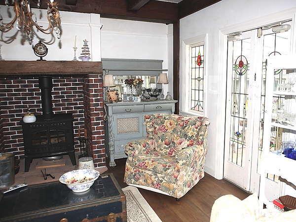 コッツウォルズ出身の英国人曰く「故郷の家を思い出す」。薪ストーブとステンドグラスとアンティークの空間