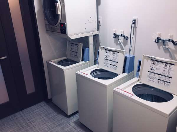 コインランドリーです。洗濯機が3台、乾燥機が1台御座います。24時間お使い頂けます!