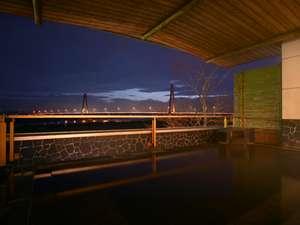 十勝川に架かる十勝中央大橋を望む展望露天風呂の夕景/2階展望露天風呂より