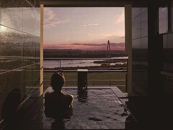 【豊洲亭】客室露天風呂から望む夕景 モール温泉をプライベートにお楽しみいただけます