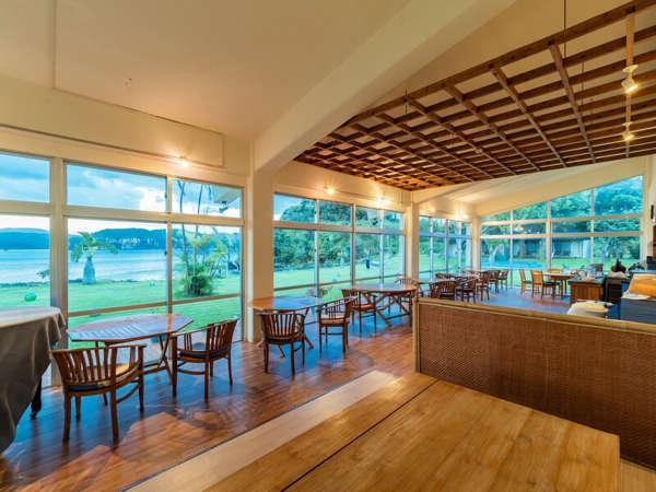 *【レストラン】窓がたくさんある開放的なレストランでお食事をお楽しみください。