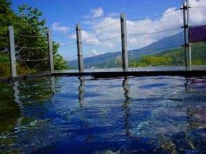 湯ったり♪のんびり♪車山の湧水「天狗水」を使った男女別露天風呂から蓼科山を望む