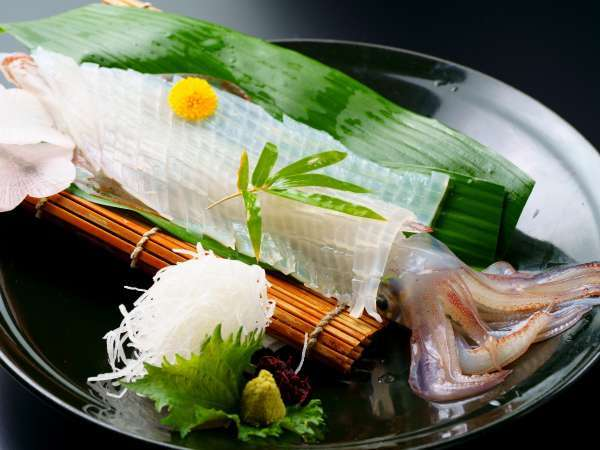 新鮮で透明、噛めば噛むほど甘みが増す唐津名物「イカ活き造り」をご堪能くださ♪