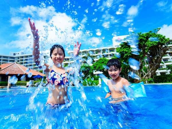 【プール】リゾート気分たっぷりのプールで大人も子供もリラックス