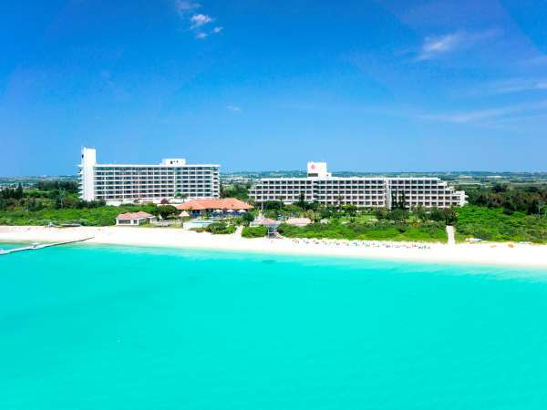 真っ白な砂浜と眩しいほどの美しいエメラルドグリーンの海がすぐ目の前!