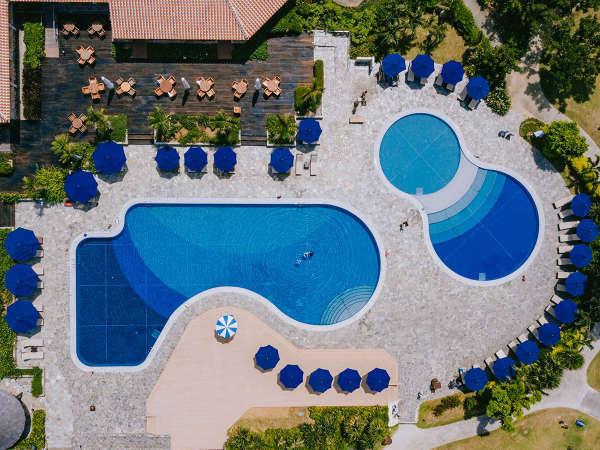 25m変形プールと子供用プールあり。プールサイドのチェアーでゆっくりくつろげ、リゾート気分満点です。