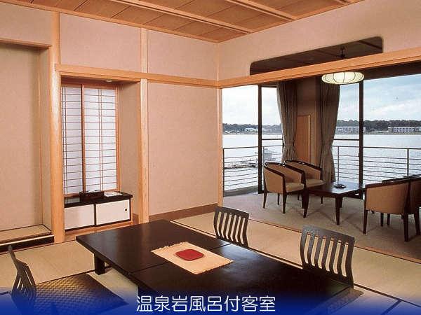温泉岩風呂付客室(湖畔側一例)は浮御堂が目の前、白山連峰と柴山潟を望む絶景のお部屋。