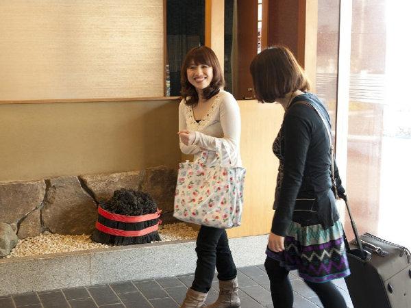着いたわね~、お料理・温泉が楽しみ♪夕に朝の柴山潟の景色が最高(温泉何回入ろうか?)