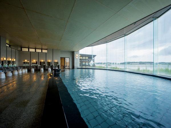 男性用大浴場も湖畔の景色が目の前で開放感いっぱいに広がります。