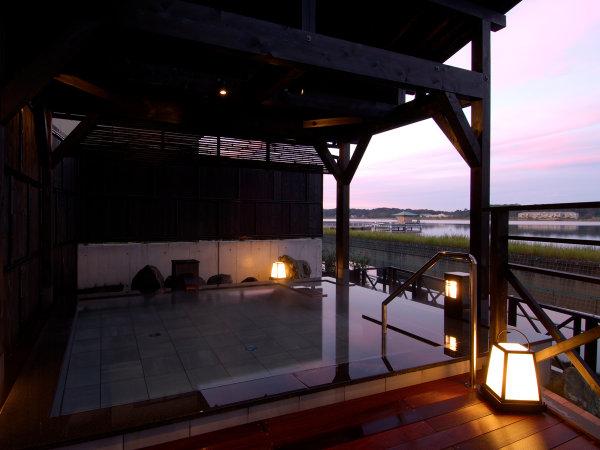 男性露天風呂。眺める柴山潟(湖)。この浴槽は石川では珍しい立ち湯。豊富なお湯を楽しんでください。