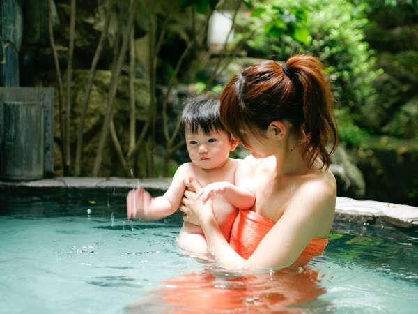 赤ちゃんも入れる優しい温泉は、ママも嬉しい弱アルカリ性でスベスベ肌効果あり。