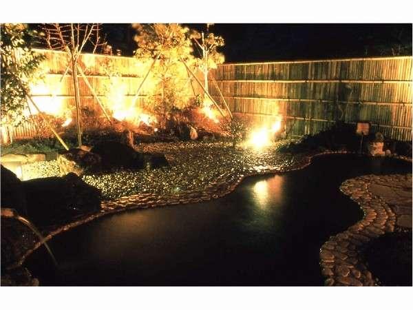 自家源泉かけ流しの温泉露天風呂。泉質は鉄分を含む茶褐色のにごり湯。
