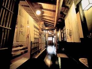 露天風呂の前の廊下。磨かれた木の輝きが歴史を感じさせる