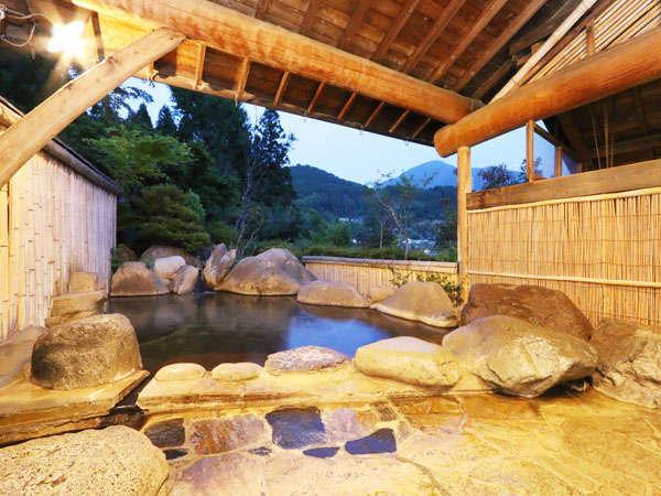 露天【瀧の湯】貸し切りもできます!泉質は保湿効果があるアルカリ単純泉です。美肌効果も♪