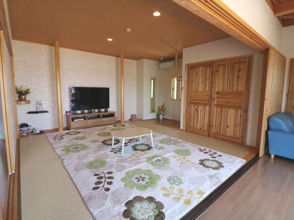8畳の和室に、55インチの大型テレビ&DVDブルーレイプレーヤーあります(ソフトは事前にご用意ください)。