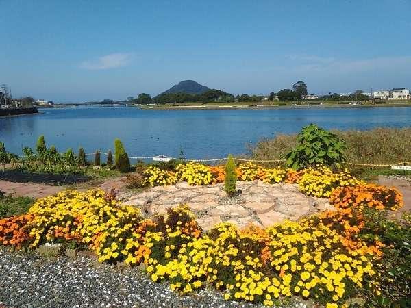 川沿いの庭からは、萩市のシンボル・指月山(しづきやま)を眺められる抜群ロケーションです。