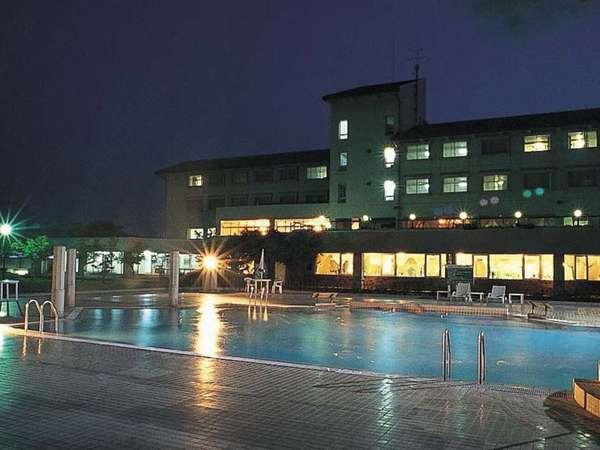 夜にライトアップされるプール