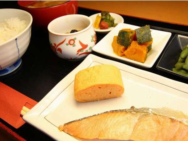 和朝食イメージ、焼魚・一品・出し巻卵・納豆付き、ドリンクフリー