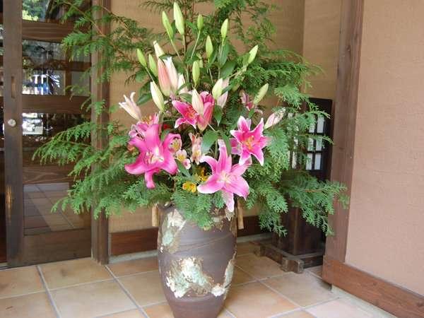 【玄関】四季で変わるお客様をお迎えする玄関のお花