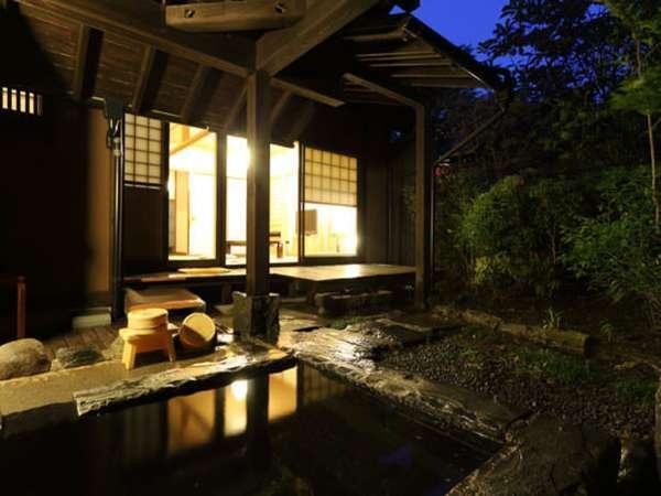 全8室。離れ形式の客室は広々和洋室に半露天風呂付き。