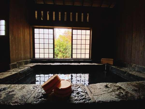 敷地内には3、4人でもゆったり入れる大きめの貸切内湯が2つございます。