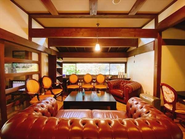 ロビー/大きめのソファーでお寛ぎください。