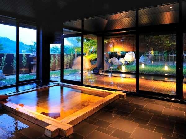 「湖都の湯」の内湯は檜の湯殿。満々と温泉が満ち、贅沢にお湯をお楽しみいただけます