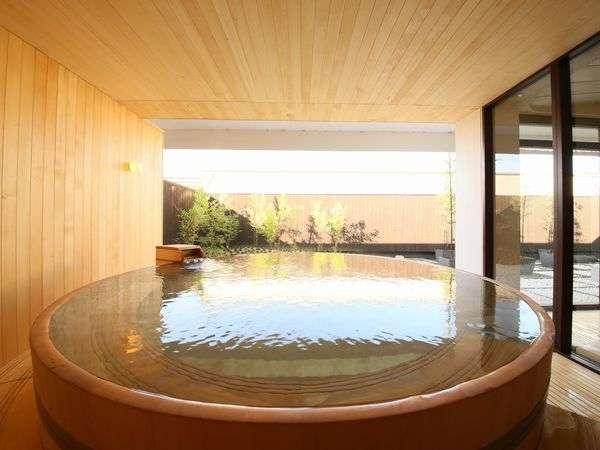 「華の湯」にはヒバのぬくもり香る露天風呂がお楽しみいただけます。