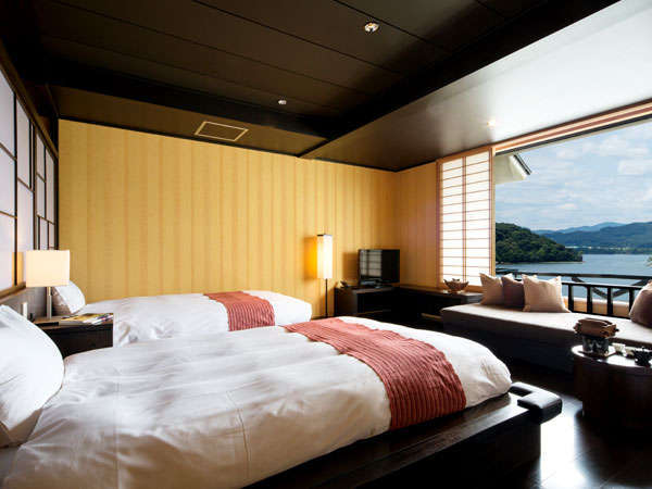 【洋室】湖向きに配したベッドより目の前の窓より広がる浜名湖の眺めを楽しめます